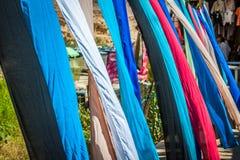 Kolorowe tkaniny dla sprzedaży w Chebika, Tunezja Obrazy Stock