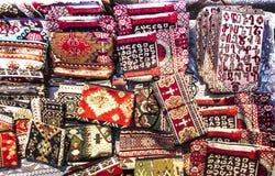 Kolorowe tkaniny i inni ludowi produkty przy poboczem opóźniają dowcip Zdjęcia Stock