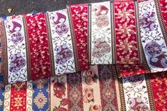 Kolorowe tkaniny i inni ludowi produkty przy poboczem opóźniają dowcip Obrazy Stock