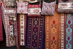 Kolorowe tkaniny i inni ludowi produkty przy poboczem opóźniają dowcip Obraz Stock