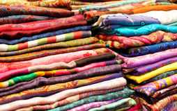 Kolorowe tkaniny i tkaniny zamknięty up tło Fotografia Stock
