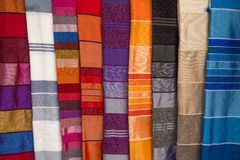 Kolorowe tkaniny na Agadir wprowadzać na rynek w Maroko Fotografia Stock