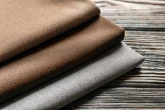 Kolorowe tkaniny na drewnianym stole, Obrazy Royalty Free