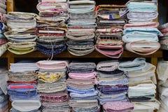 Kolorowe tkaniny na półce w sklepie Obrazy Royalty Free