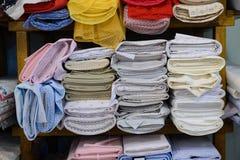 Kolorowe tkaniny na półce w sklepie Obraz Stock