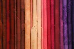 kolorowe tkaniny w smokingowym sklepie dla sukni lub modnego tablecl Zdjęcia Stock