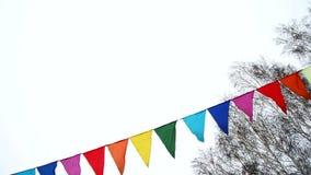 Kolorowe trójgraniaste flagi macha w wiatrze, dekoracja dla wakacje, plenerowa