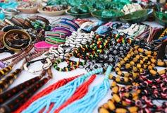 Kolorowe tradycyjne afrykańskie kolie, bangles, pamiątki Obrazy Royalty Free