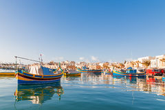 Kolorowe tradycyjne śródziemnomorskie łodzie, Marsaxlokk, Malta Fotografia Stock
