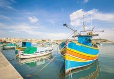 Kolorowe typowe łodzie przy schronieniem Marsaxlokk w Malta Obrazy Royalty Free
