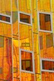 kolorowe wyposażona w budynku nowoczesnej biurowa odzwierciedla ściany Zdjęcia Stock