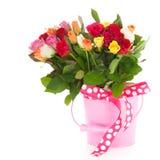 Kolorowego bukieta mieszane róże w wiadrze Zdjęcie Stock