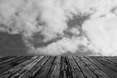 Kolorowego drewnianego czarnego bielu ogrodzenia stołu niebieskiego nieba błękitna zieleń barwił stołowego kierowego kwiat plamy  Fotografia Stock