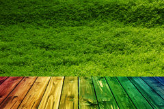 Kolorowego drewnianego ogrodzenie stołu niebieskiego nieba błękitna zieleń barwił stołowego kierowego kwiat plamy tła valentine Zdjęcia Royalty Free