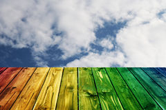 Kolorowego drewnianego ogrodzenie stołu niebieskiego nieba błękitna zieleń barwił stołowego kierowego kwiatu tła valentine Zdjęcia Stock