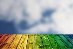 Kolorowego drewnianego ogrodzenie stołu niebieskiego nieba błękitna zieleń barwił stołowego kierowego kwiatu tła valentine Fotografia Stock