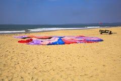 Kolorowego paraglider spadochronowy mieszkanie na piaskowatym Fotografia Stock