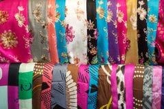 Kolorowej agawy jedwabniczy szaliki z kwiat dekoracjami - Zdjęcia Stock