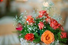 Kolorowej dekoraci sztuczni kwiaty w noc strzale Zdjęcia Royalty Free