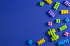 Kolorowej klingeryt zabawki samochodowi elementy na błękitnym tle obrazy royalty free