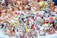Kolorowi śliczni pamiątkarscy dekoracyjni gliniani dzwony, wiatrowi kuranty, zabawki, zdjęcie royalty free