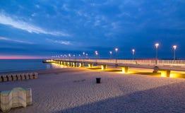 Kolorowi światła na molu w wieczór, Kolobrzeg, Polska Obraz Stock