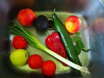 Kolorowi świezi warzywa myli w kuchennym zlew zdjęcie stock