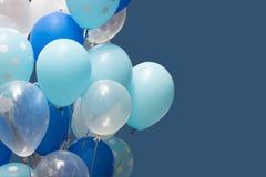 Kolorowi balony Na Błękitnym tle szczęśliwy nowego roku i wszystkiego najlepszego z okazji urodzin pojęcie fotografia stock