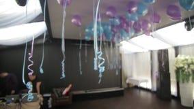 Kolorowi balony w pokoju przygotowywającym dla przyjęcia urodzinowego błękit szybko się zwiększać na suficie zbiory