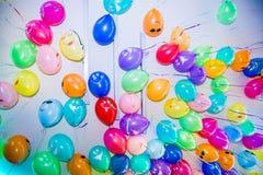 Kolorowi balony z emoji na suficie zdjęcia royalty free