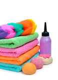 Kolorowi brogujący zdrojów ręczniki, skąpanie bomby i szampon, butelkują isola fotografia stock