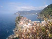 Kolorowi budynki kontrastują z morzem na zatoce genua Obrazy Royalty Free