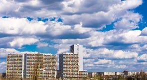 Kolorowi budynki mieszkaniowi pod niebieskim niebem Zdjęcia Royalty Free