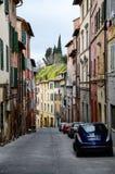 Kolorowi budynki na wąski uliczny ciężkim, Siena fotografia royalty free