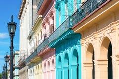 Kolorowi budynki w Stary Hawańskim Zdjęcia Stock