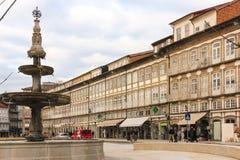 Kolorowi budynki w Toural kwadracie Guimaraes Portugalia Obraz Royalty Free