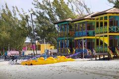 Kolorowi Cabanas na tropikalnej plaży Zdjęcie Stock