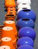 Kolorowi ceramiczni garnki w rynku Zdjęcia Royalty Free