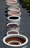 Kolorowi ceramiczni garnki w rynku Obrazy Royalty Free