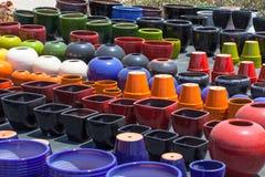Kolorowi ceramiczni garnki w rynku Zdjęcie Stock