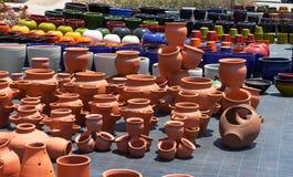 Kolorowi ceramiczni garnki w rynku Fotografia Stock