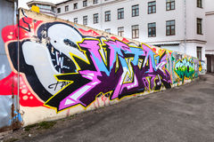 Kolorowi chaotyczni graffiti teksta wzory nad ogrodzeniem Obrazy Royalty Free