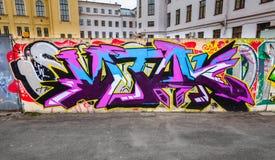 Kolorowi chaotyczni graffiti teksta wzory nad starym ogrodzeniem Zdjęcia Royalty Free