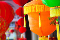 Kolorowi Chińscy papierowi lampiony wiesza w ulicznym martket Fotografia Royalty Free