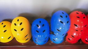 Kolorowi Ciężcy Plastikowi hełmy dla Krańcowych sportów fotografia royalty free