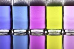 Kolorowi ciekli chemicznego cleaning agenci w szklanych butelkach Fotografia Stock