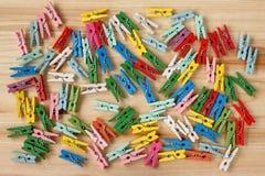 Kolorowi clothespins na drewnianym tle Obraz Stock