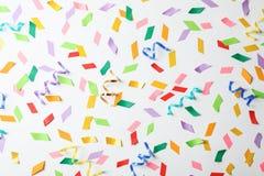Kolorowi confetti i streamers Zdjęcia Royalty Free