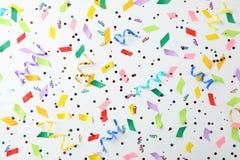 Kolorowi confetti i streamers na białym tle Obraz Royalty Free