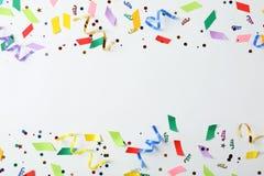 Kolorowi confetti i streamers na białym tle Obrazy Royalty Free